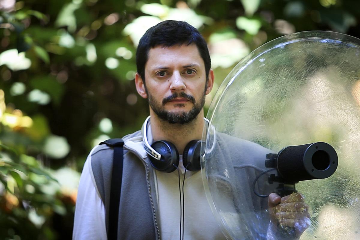 Paulo Marques com o equipamento de recolha de sons. Foto: Joana Bourgard