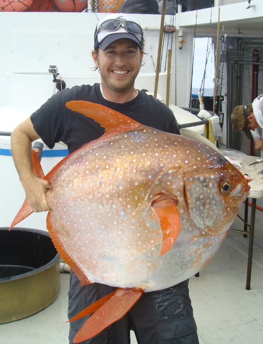 Nick Wegner a segurar um peixe-cravo. Fotografia: NOAA Fisheries/Southwest Fisheries Science Center