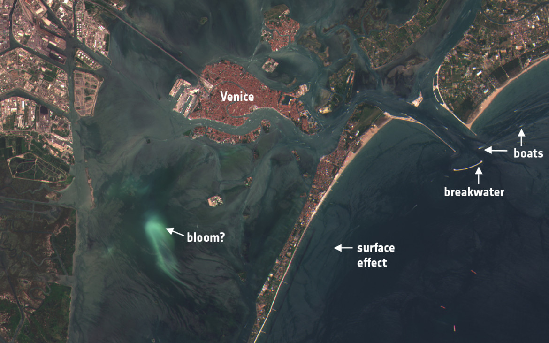 Imagem captada pelo satélite a 4 de Julho, na laguna de Veneza (Itália), que mostra  a deslocação dos sedimentos nas águas costeiras. Foto: ESA