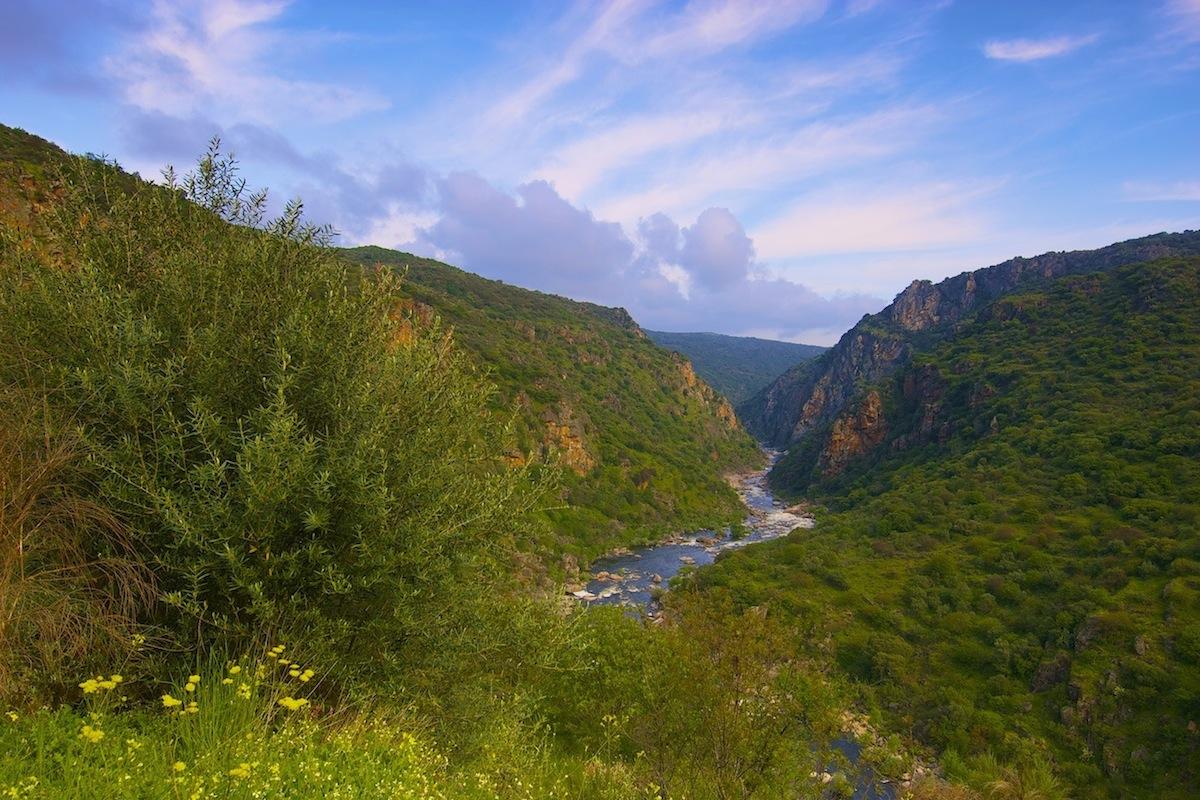 Rio Águeda numa das regiões mais selvagens de Portugal. Parque Natural do Douro Internacional, Primavera.