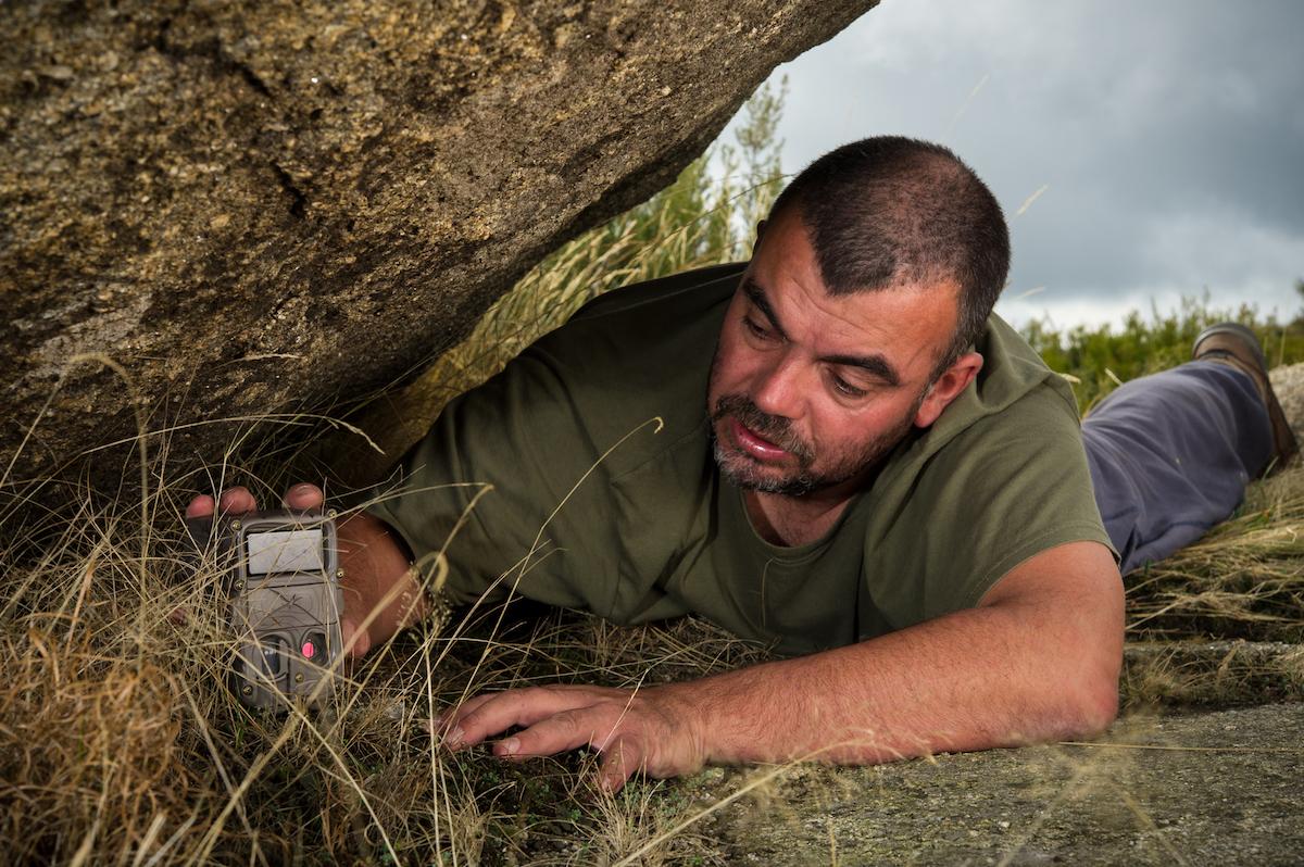 Gonçalo Rosa a instalar a câmara de armadilhagem em Montesinho. Foto: Gonçalo Rosa