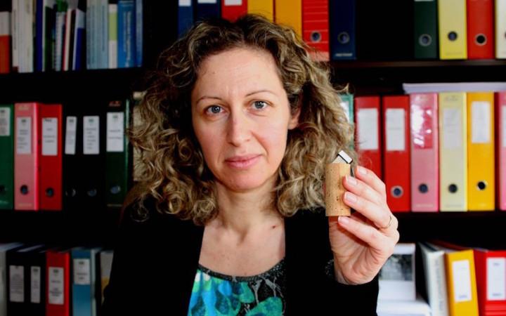 A investigadora Ana Cláudia Dias com uma pen drive revestida de cortiça. Foto: Universidade de Aveiro