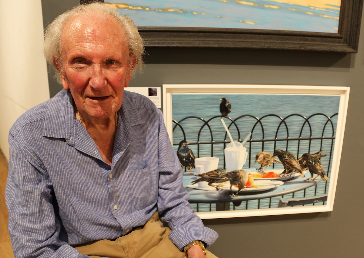 David Shepherd com a obra The Sentinel, de Laurence Saunois. Foto: DSWF