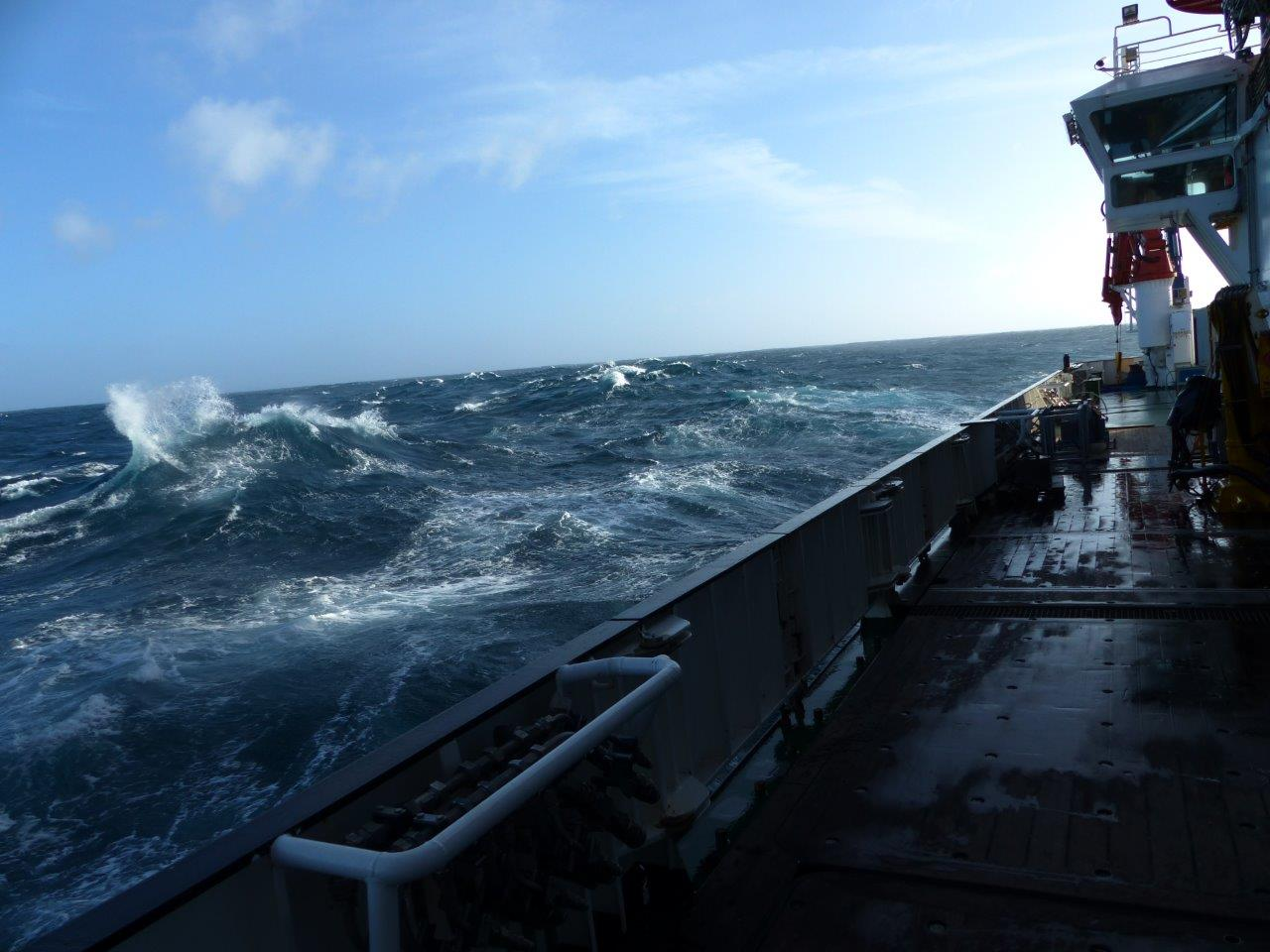 vagas-agitadas-observadas-a-partir-da-amurada-do-navio-rss-discovery