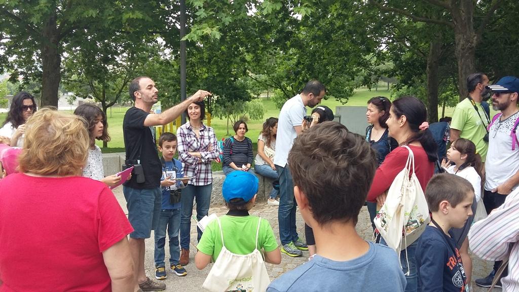 grupo-de-pessoas-em-pe-no-meio-do-jardim-ouvem-biologo-a-dar-explicacoes