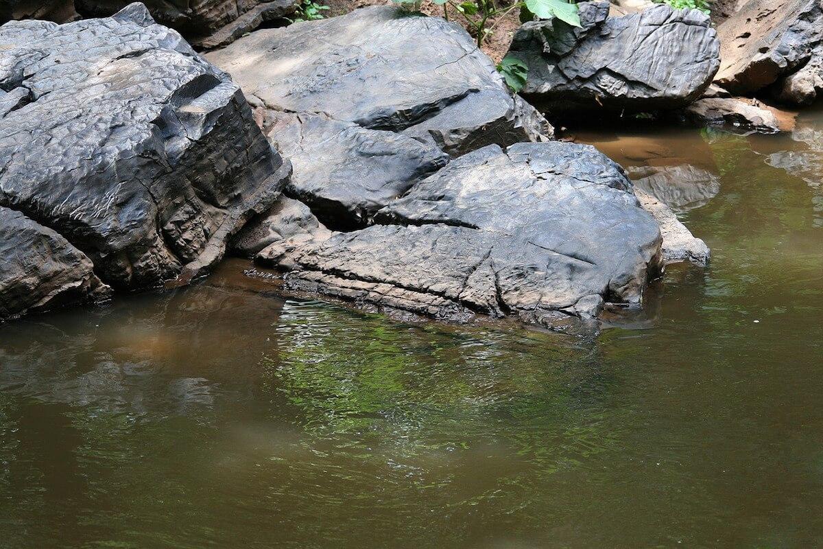 Pedras nas margens de uma ribeira
