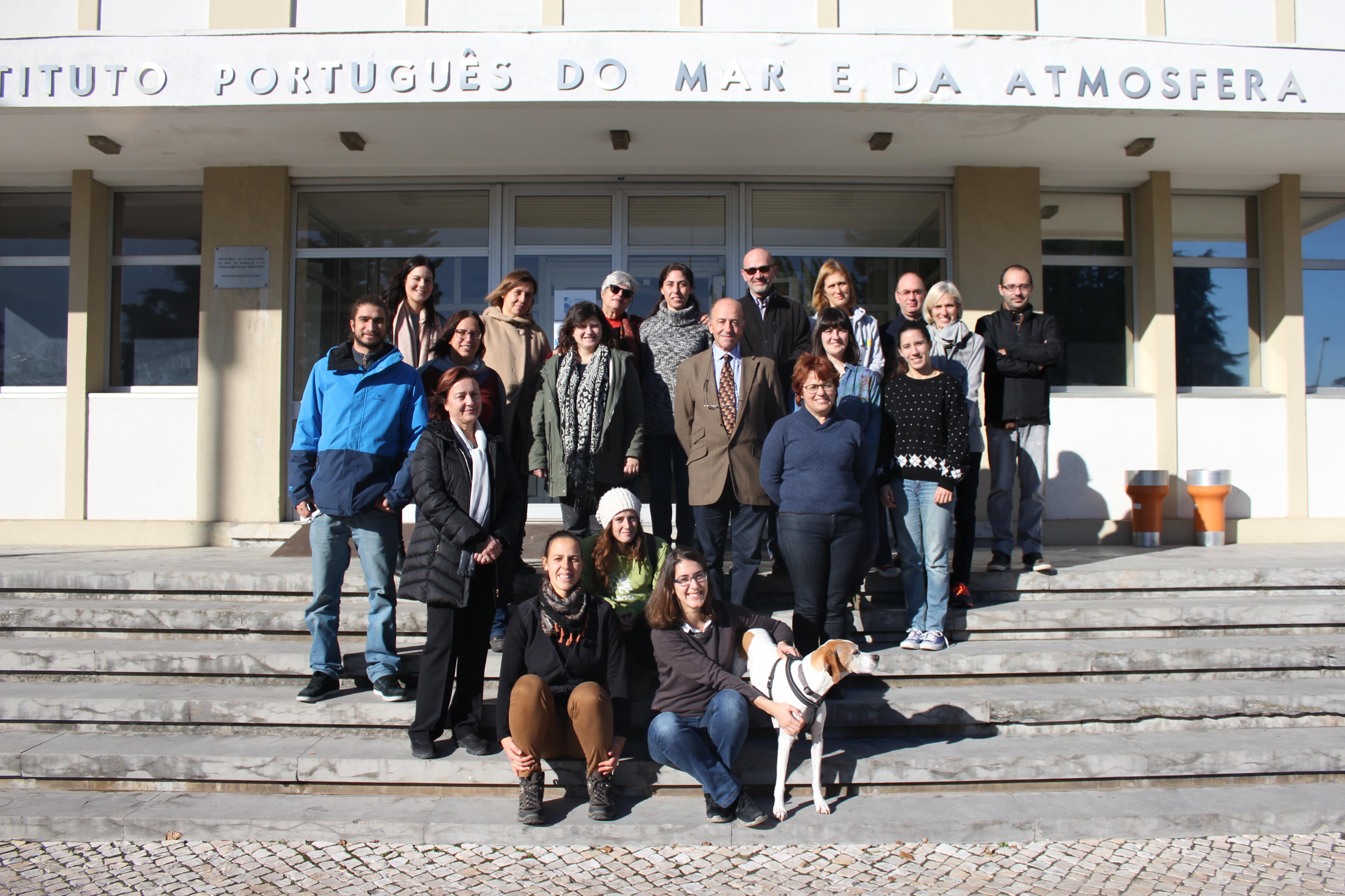 grupo de participantes no GelAVista, frente ao edifício do IPMA