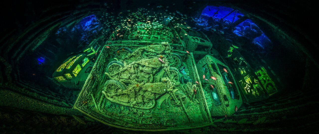 destroços de material de guerra debaixo de água