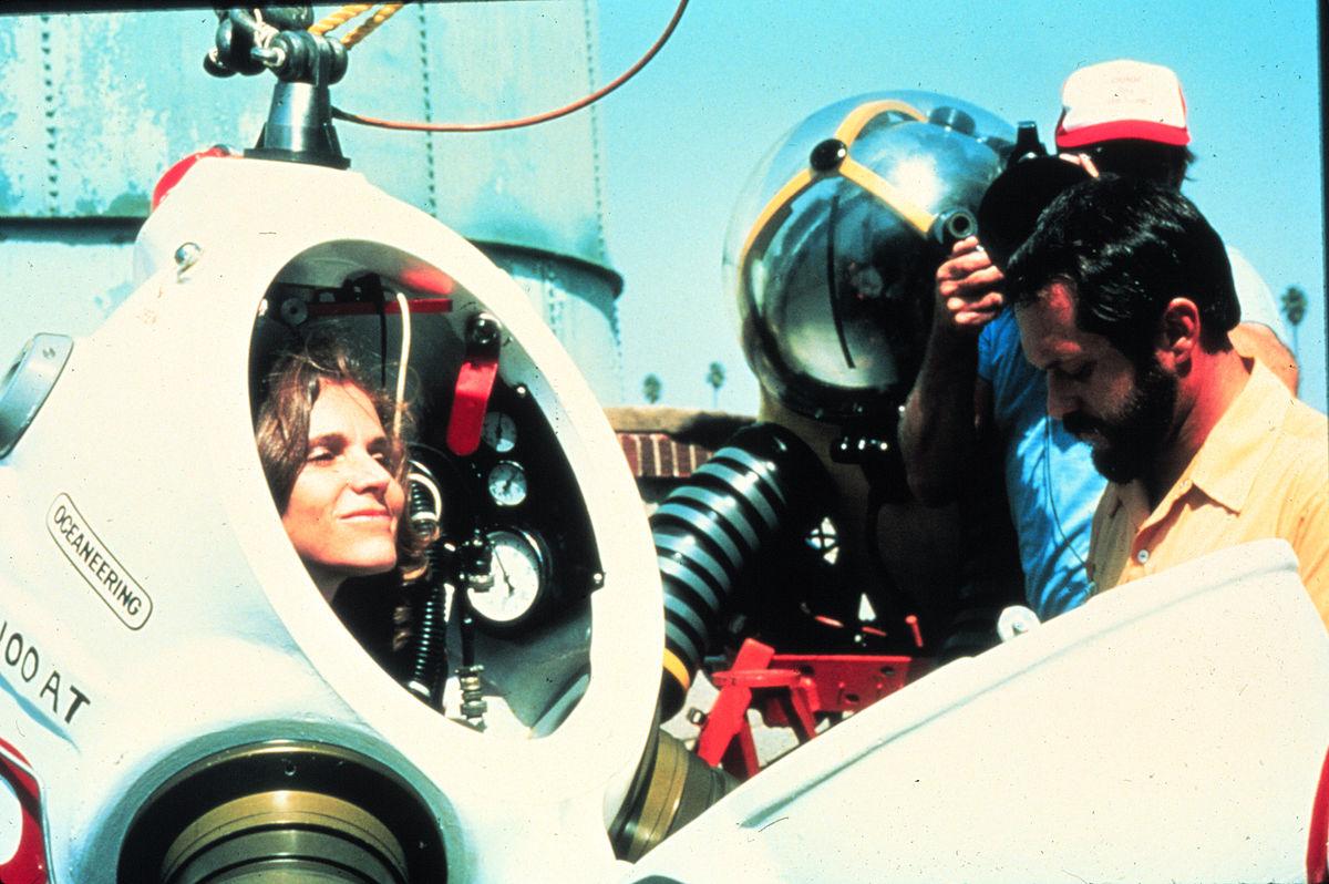 sylvia earle a experimentar um fato de mergulho conhecido por JIM