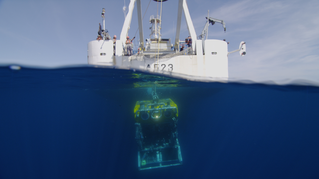 embarcação no mar, com aparelho de prospecção a funcionar