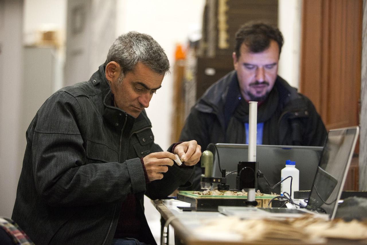 Dois investigadores a trabalharem